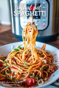 Get ready for a fast a delicious instant pot spaghetti recipe!! So delicious, packed with flavor and super easy to prepare. #pasta #instantpot #spaghetti #instantpotpasta #instantpotspaghetti #italianfood #pastarecipe #spaghettirecipe